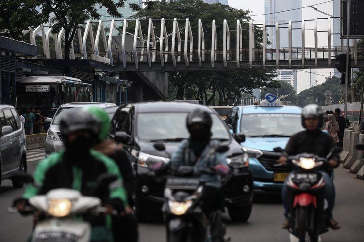 Revitalisasi Jembatan Penyeberangan Orang Bundaran Senayan di Jalan Sudirman, Jakarta, Kamis (10/1/2019). Desain ketiga JPO itu akan berbeda dengan JPO lainnya. Ketiga JPO tersebut akan dipasangi kamera closed circuit television (CCTV), akan dipasangi lift serta dilengkapi tata pencahayaan warna-warni. Revitalisasi JPO ini ditargetkan selesai pada Januari 2019.
