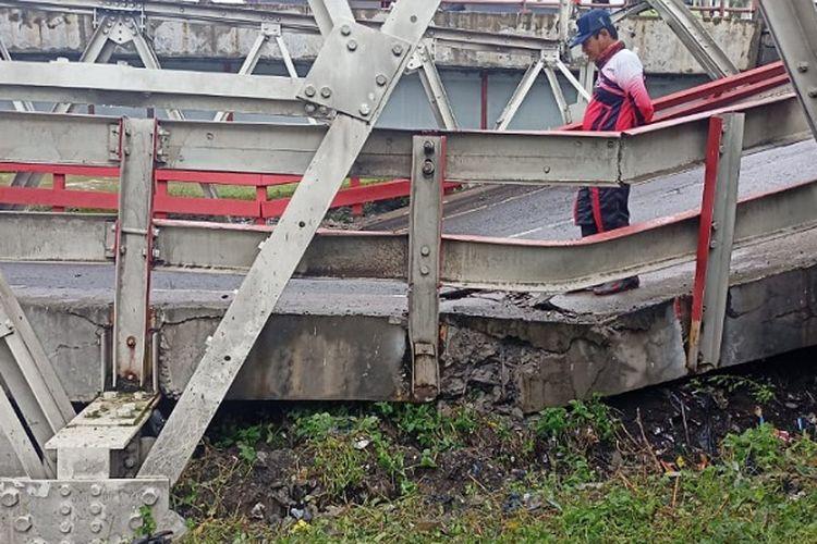 Seorang warga berada di Jembatan Rembun yang amblas di perbatasan Pekalongan-Pemalang Jawa Tengah.