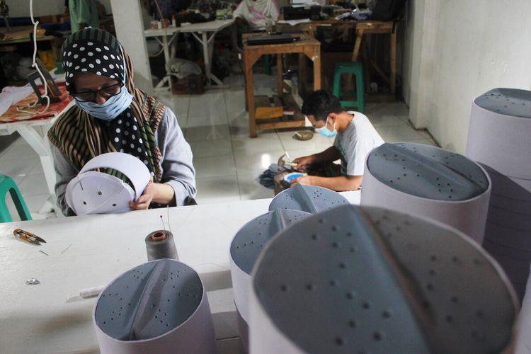 Perajin kopiah di Kabupaten Cianjur, Jawa Barat, turut terdampak dari pembatalan ibadah haji bagi warga negara Indonesia (WNI) tahun ini. Omzet mereka anjlok karena sepinya pesanan.