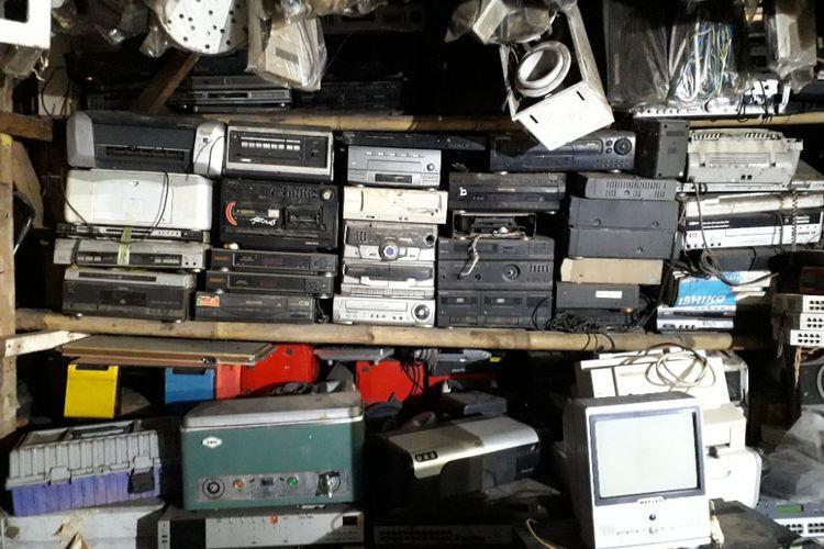 Berbagai jenis barang rongsok dibiarkan menumpuk di lantai satu Mal Rongsok, Depok, Selasa (22/5/2018).