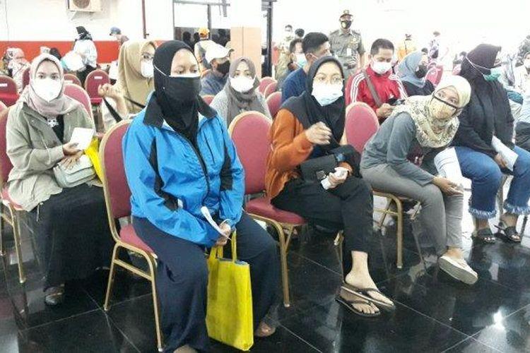 Antrean vaksinasi massal Covid-19 di Gelanggang Olahraga (GOR) Ciracas, Jakarta Timur, membeludak, Selasa (29/6/2021) pagi.
