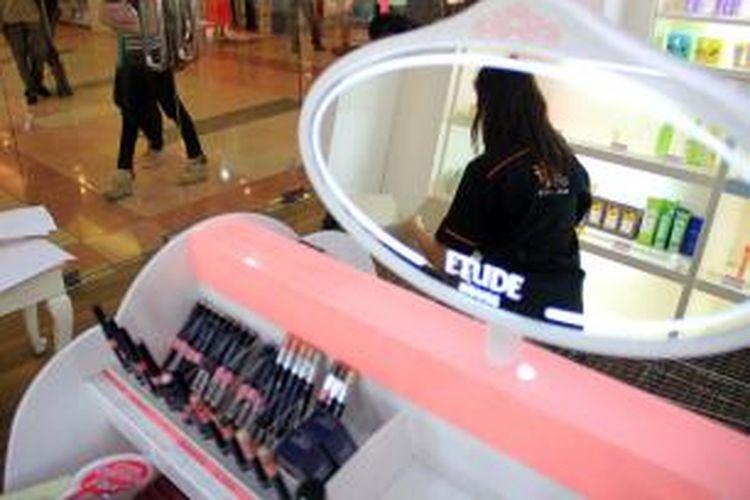 Tim BBPOM Manado sedang melakukan penyitaan terhadap produk kosmetik tanpa ijin di salah satu toko.