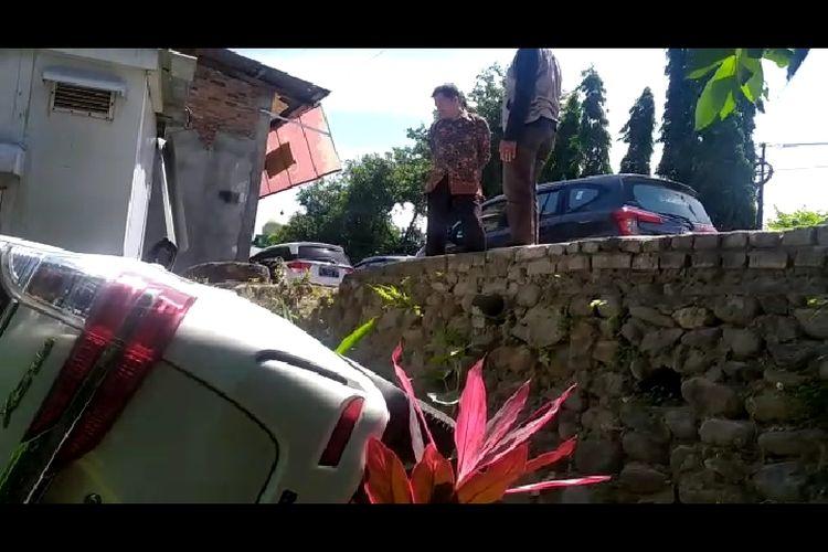 Sebuah mobil Toyota Avanza bernomor polisi DD 1180 FE yang dikemudikan Rusdi,  menabrak rumah warga Amiruddin di Kampung Pasorongi, Kelurahan Lamalaka, KecamatanBantaeng,Sulawesi Selatan. Kamis (5/8/2021). Dok Ahmad