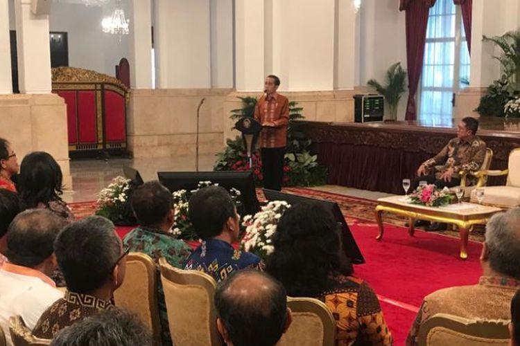 Presiden Joko Widodo saat menerima pimpinan Gerakan Nasional Pengawal Fatwa Majelis Ulama Indonesia (GNPF-MUI) di Istana Merdeka, Jakarta, Minggu (25/6/2017).