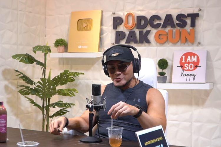 Deddy Corbuzier saat jadi bintang tamu di Podcast Pak Gun