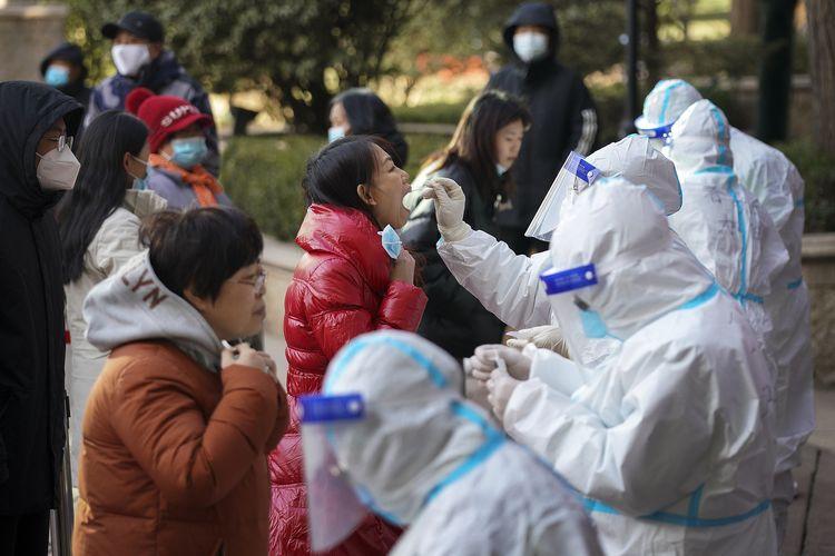 Foto yang dirilis Xinhua menunjukkan petugas medis dengan APD melakukan tes swab ke para warga Shijiazhuang di provinsi Hebei, China, pada Rabu (6/1/2021).