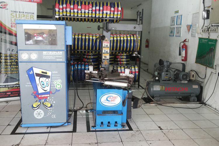 Salah satu outlet penjualan ban yang melayani pengisian ban dengan nitrogen di Depok, Kamis (8/2/2018). Tampak peralatan pengisian terdiri dari mesin generator dan tabung kompresor.