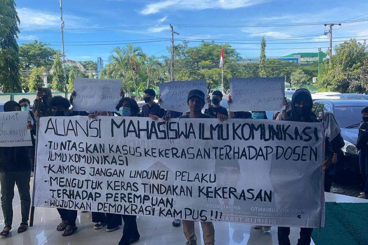 Aksi unjuk rasa yang dilakukan aliansi mahasiswa ilmu komunikasi UMI Makassar yang menuntut sanksi bagi dosen yang diduga melakukan penganiayaan terhadap Ketua Prodi Ilmu Komunikasi UMI, Senin (1/3/2021).
