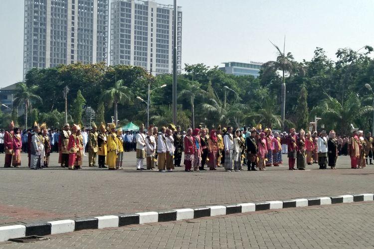 Para PNS berbusana adat dari seluruh Indonesia, saat mengikuti upacara memperingati Hari Sumpah Pemuda di halaman Gedung Pemkab Gresik, Senin (28/10/2019).