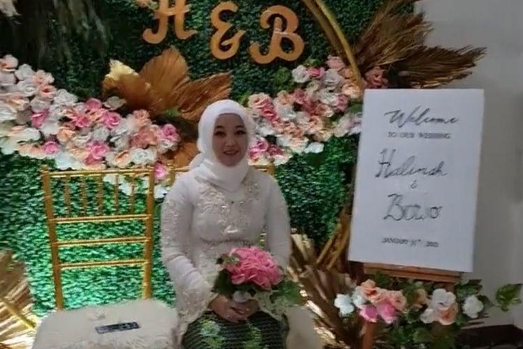 Halimah, tenaga medis di RS Wisma Atlet Kemayoran menikah virtual dari ruang isolasi karena positif Covid-19, 31 Januari 2021.