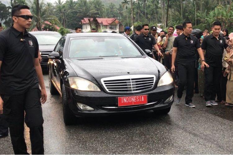 Mobil kepresidenan Indonesia-1 yang ditumpangi Presiden Joko Widodo dan Ibu Negara Iriana Jokowi saat kunjungan kerja di Provinsi Sumatera Barat, Kamis (8/2/2018).