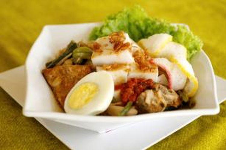 Ketupat sayur santan seperti ini bisa meningkatkan kolesterol dan timbunan lemak. Coba saja mengganti beras putih di ketupat dengan beras merah.