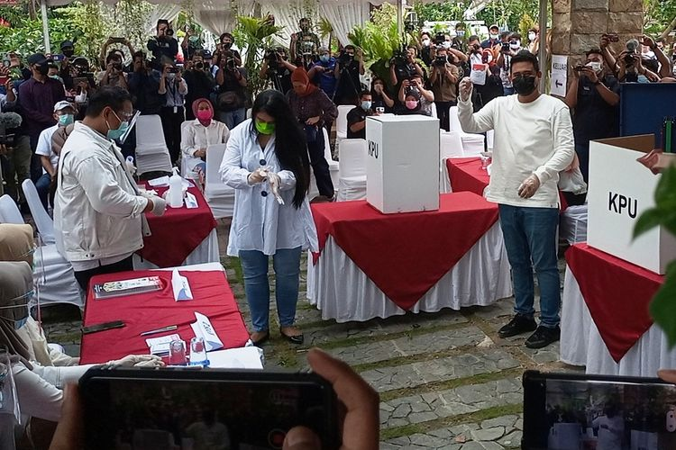 Muhammad Bobby Afif Nasution dan istrinya Kahiyang Ayu mencoblos di TPS 022 Taman FF Perumahan Taman Setia Budi Indah (Tasbih), tak jauh dari rumahnya, Rabu (9/12/2020)