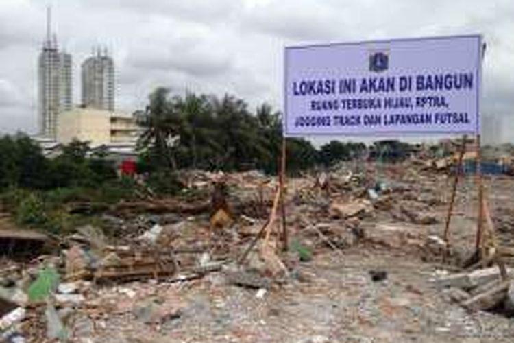 Papan pengumuman dari Pemerintah Provinsi DKI Jakarta didirikan di atas reruntuhan Kalijodo, Jakarta Utara, Senin (29/2/2016). Ke depan, bekas lokalisasi dan tempat hiburan malam selama puluhan tahun itu akan menjadi ruang terbuka hijau, ruang publik ramah anak, jogging track, dan lapangan futsal.