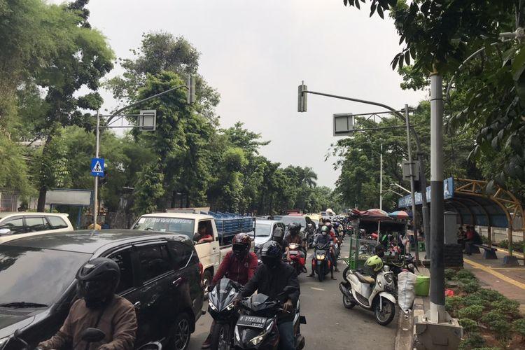 Arus lalu lintas dari Jalan Raya Lenteng Agung, Jagakarsa menuju arah Pasar Minggu tepatnya di depan Universitas Pancasila, Jakarta tersendat pada Kamis (9/10/2020) pukul 13.45 WIB.