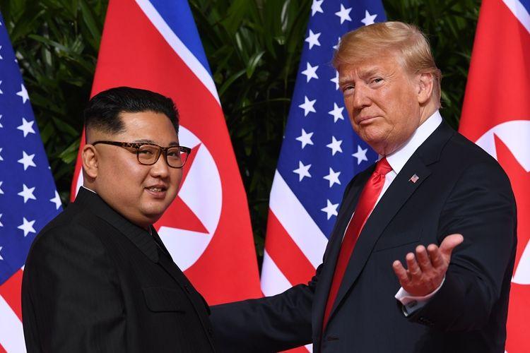 Presiden AS Donald Trump (kanan) saat bertemu dengan Pemimpin Korea Utara Kim Jong Un di Singapura, 12 Juni 2018 lalu.