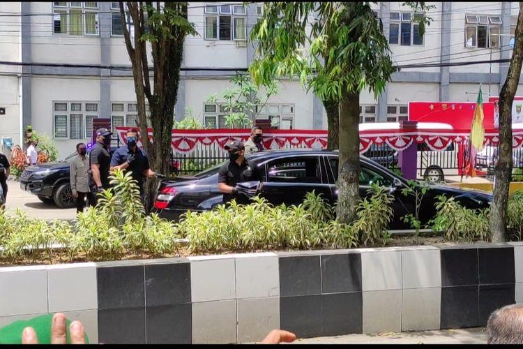 Mobil hitam yang ditumpangi Jokowi saat berhenti di Jalan Pahlawan Samarinda. Tiga kaos dikeluarkan Jokowi kemudian dibagikan ke warga yang berkerumunan di jalur itu, Samarinda, Kaltim, Selasa (24/8/2021).