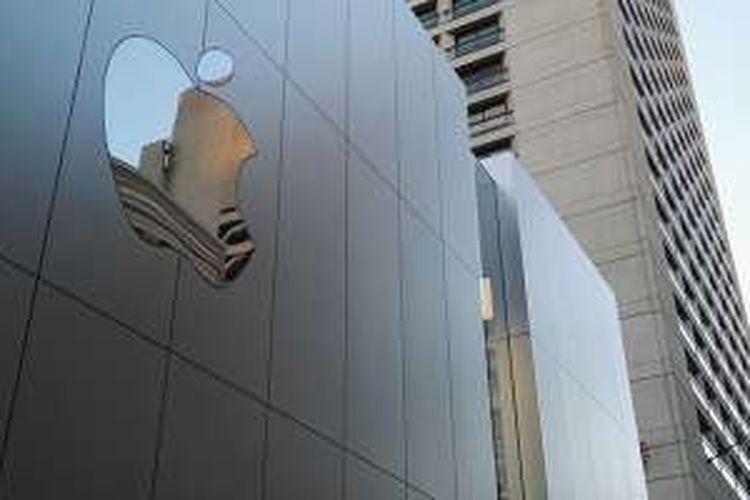Logo Apple di salah satu sisi gedung toko barunya di kota San Francisco, AS