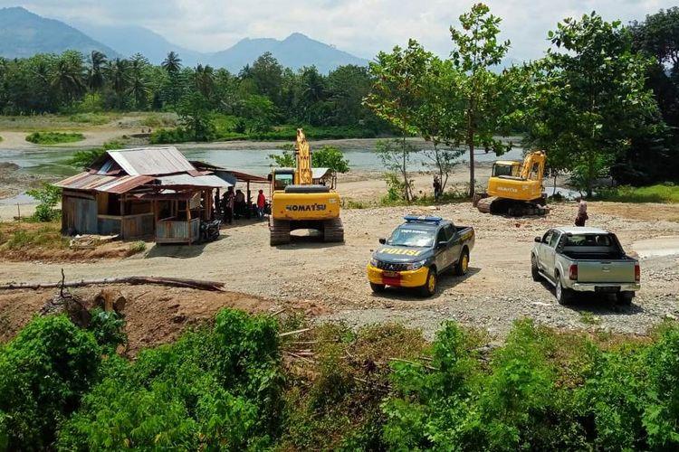 Area tambang galian C di perbatasan kedua desa/kecamatan dijaga petugas polisi pasca aksi penutupan oleh warga desa Kadong-kadong, Kecamatan Bajo Barat, Luwu, Rabu (28/10/2020)