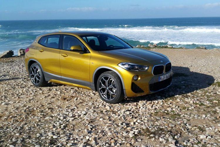BMW X2 M Sport terlihat gemerlap serta mencuri fokus dengan warna galvanic gold di tepi Samudera Atlantik, Portugal, Sabtu (27/1/2018)