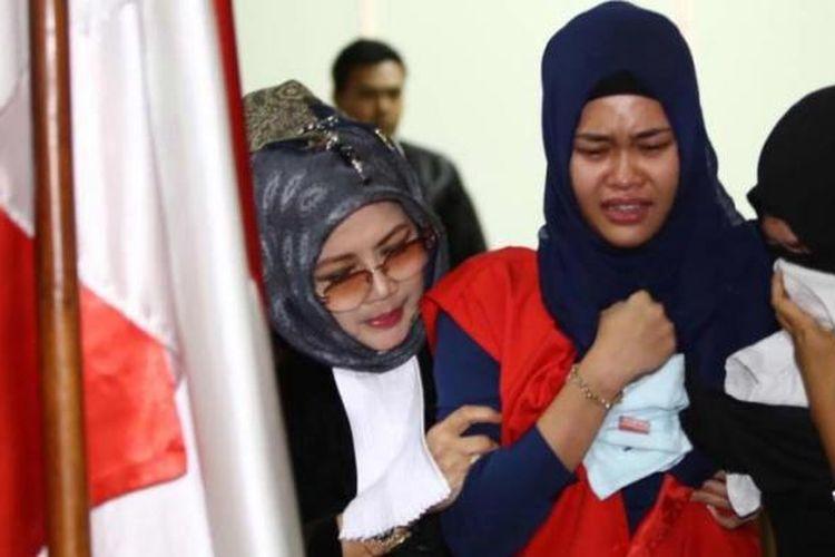 Assyifa Ramadhani (kerudung biru) pembunuh Ade Sara Angelina Suroto, menangis usai menjalani sidang putusan di Pengadilan Negeri Jakarta Pusat, Selasa (9/12/2014). Majelis hakim menjatuhkan hukuman 20 tahun penjara kepada Ahmad Imam Al Hafitd dan Assyifa Ramadhani atas pembunuhan terhadap Ade Sara Angelina.