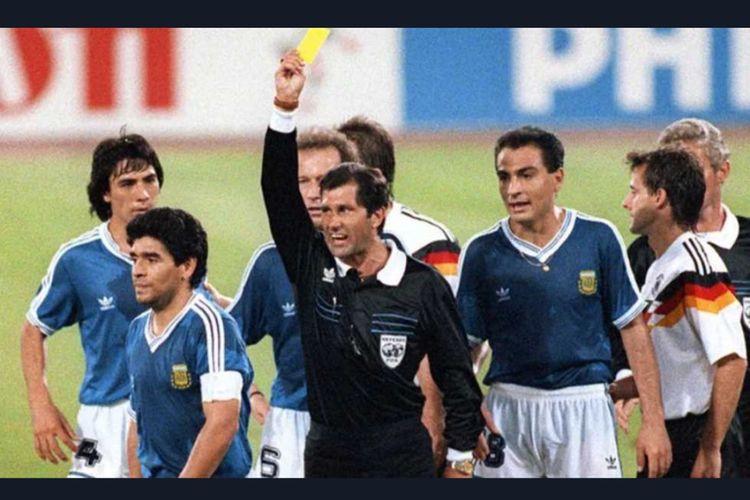 Diego Maradona dalam laga final Piala Dunia 1990 antara Jerman Barat dan Argentina.