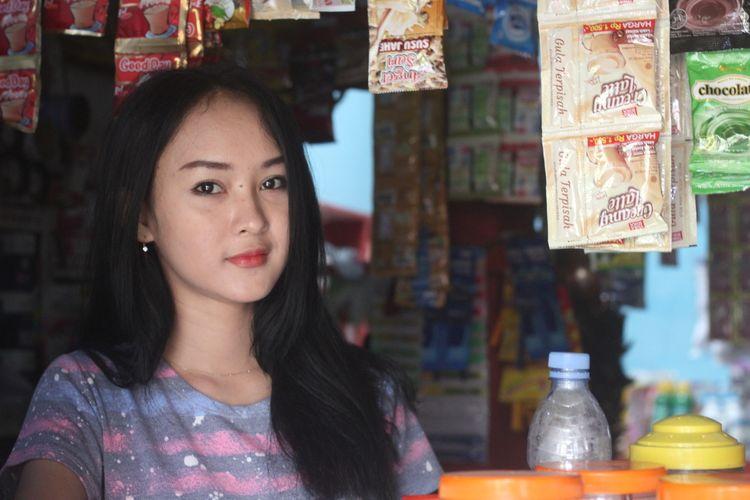 Intan Rose, penunggu warung di Cianjur, Jawa Barat, yang dianggap mirip selegram Anya Geraldine dan viral di medsos.