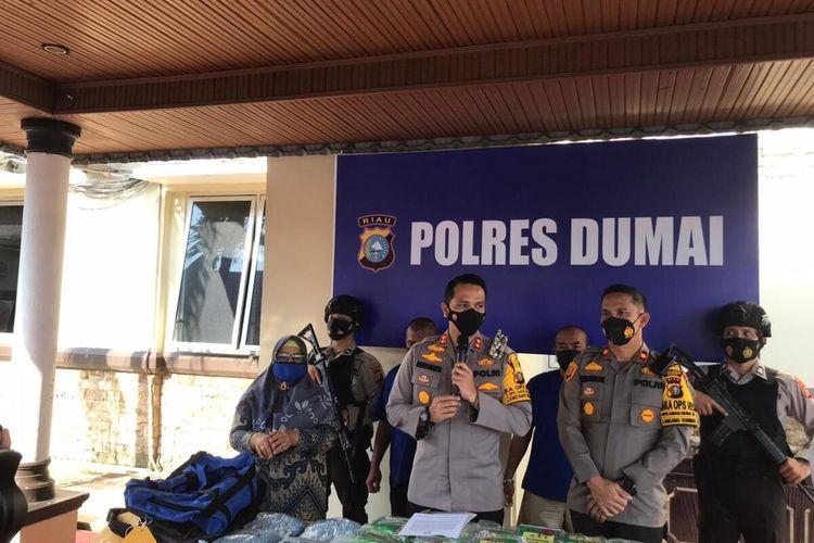 Polres Dumai memperlihatkan barang bukti sabu 23 kilogram dan 19.937 butir pil ekstasi selundupan dari Malaysia yang ditangkap dari dua orang kurir di Dumai, Riau, Kamis (18/2/2021).