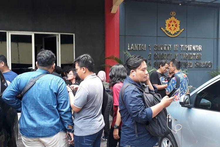 Direktur Reserse kriminal khusus Polda Jatim, Kombes Akhmad Yusep Gunawan tidak menjawab saat ditanya wartawan terkait kabar penangkapan salah satu ketua umum partai politik dalam operasi tangkap tangan di Jawa Timur