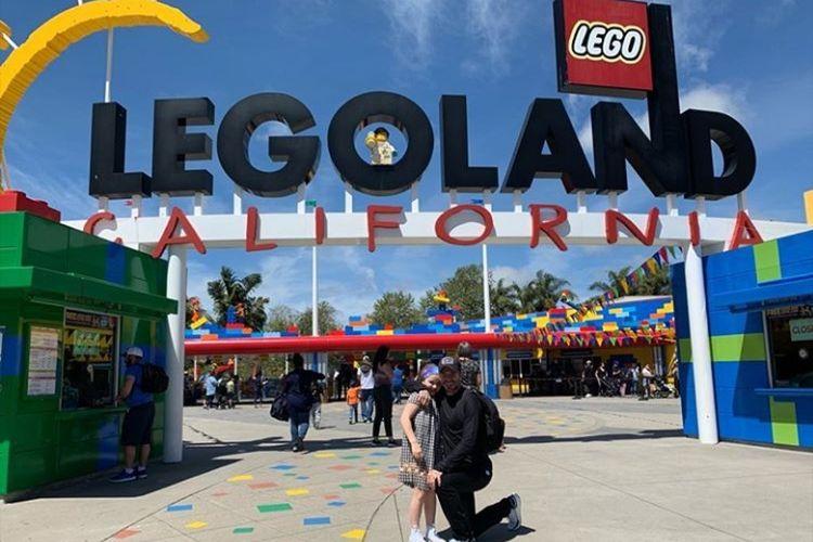 David Beckham dan putri bungsunya, Harper Seven Beckham jalan-jalan ke taman permainan Legoland California.