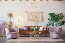 5 Tips Mendekorasi Ruang Tamu dengan Sofa Berwarna Cokelat