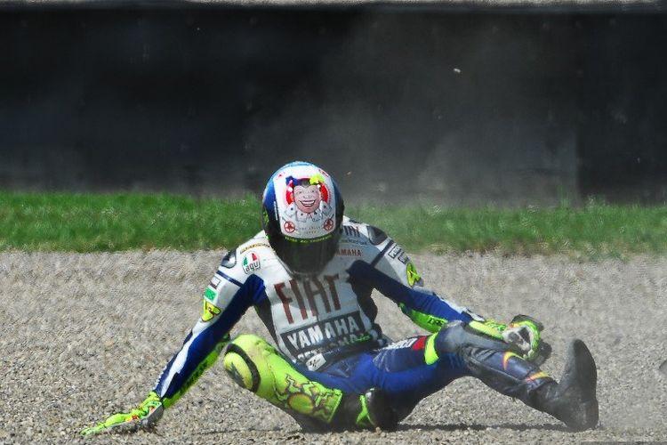 Pebalap Yamaha, Valentino Rossi, terjatuh saat mengalami crash pada sesi latihan bebas MotoGP Italia di Sirkuit Mugello pada 5 Juni 2010.