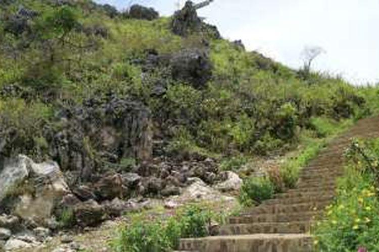 Jalur pendakian menuju patung Yesus di Buntu Burake, Makale, Toraja.