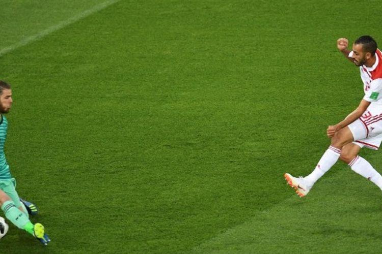 David De Gea gagal menahan tendangan Khalid Boutaib pada pertandingan Spanyol vs Maroko di Kaliningrad, 25 Juni 2018.