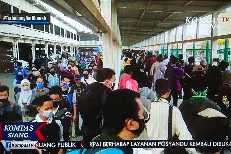 Antrean calon penumpang Kereta Rel Listrik ( KRL) Commuter Line tujuan Jakarta di Stasiun Bogor pada Senin (22/6/2020) pagi masih sangat panjang, tetapi terlihat tertib dan rapi.