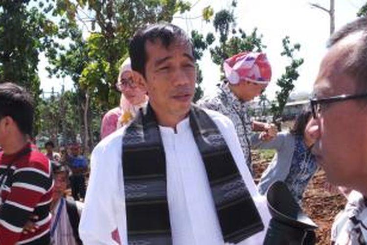 Gubernur DKI Jakarta Joko Widodo meninjau progres pembangunan taman kota di Waduk Pluit, Jakarta Utara, Jumat (26/7/2013).