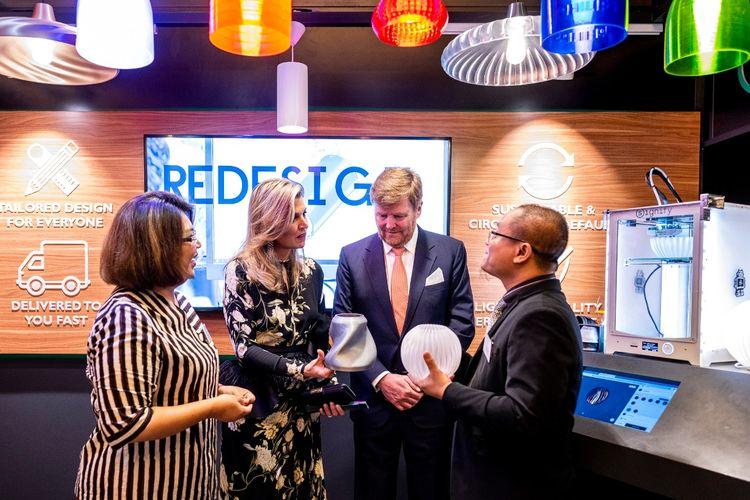 Burhan Noor Sahid, Direktur Marketing Signify Indonesia (kanan) didampingi Lea Indra, Head of Integrated Communications Indonesia (kiri), menjelaskan cara kerja mesin pencetak luminer 3D milik Signify kepada Raja Willem-Alexander dan Ratu Maxima dari Belanda.
