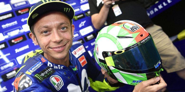 Valentino Rossi memamerkan desain helm terbarunya saat sesi latihan bebas MotoGP Italia, Sabtu (2/6/2018).