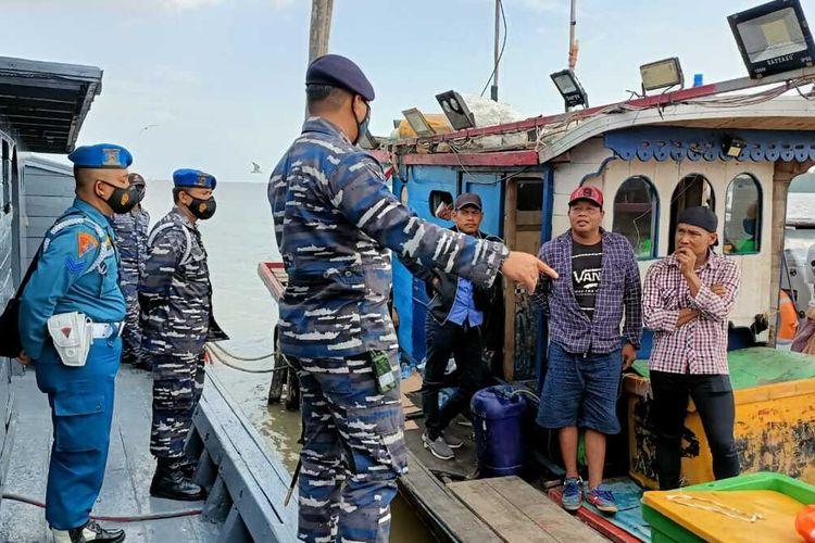 Tim Fleet One Quick Response (F1QR) Pangkalan TNI AL Tanjung Balai Asahan, Lantamal I, Koarmada I menggagalkan upaya penyelundupan 28 orang TKI ilegal di Perairan Tanjung Kumpul, Sumatera Utara, pada Minggu (21/02/21)
