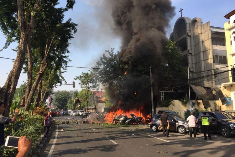 Kobaran api diduga dari bom bunuh diri di depan Gereja Pantekosta Pusat Surabaya  (GPPS) Jl Arjuna, Kota Surabaya, Minggu (13/5/2018).