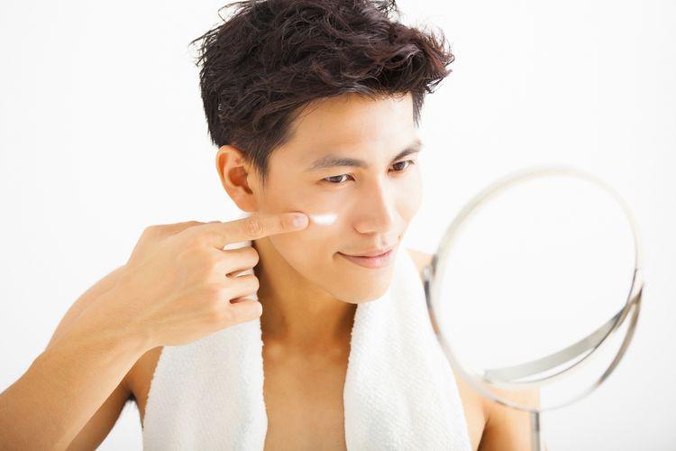 Menggunakan pelembab untuk mencegah kulit kering