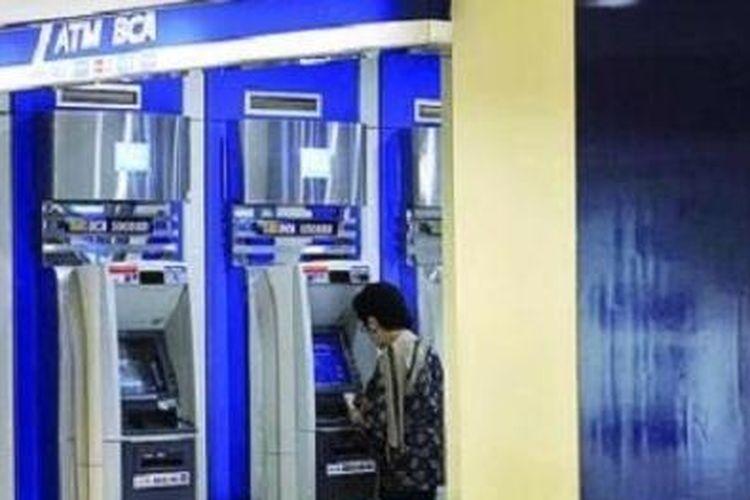 Ilustrasi: Pengunjung sedang melakukan transaksi di ATM BCA