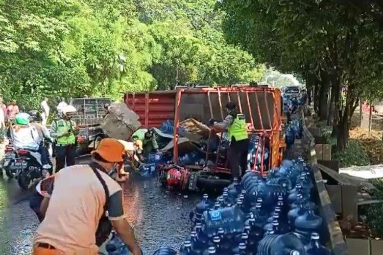 Sebuah truk bermuatan galon air mineral terguling di Jalan TB Simatupang dekat lampu merah Jalan Pertanian, Pasar Minggu, Jakarta Selatan pada Jumat (25/6/2021) pagi.