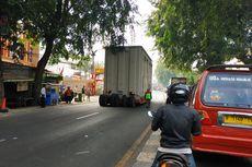 Kontainer Hampir Tersangkut JPO Sebabkan Kemacetan Panjang di Jalan Sudirman Bekasi