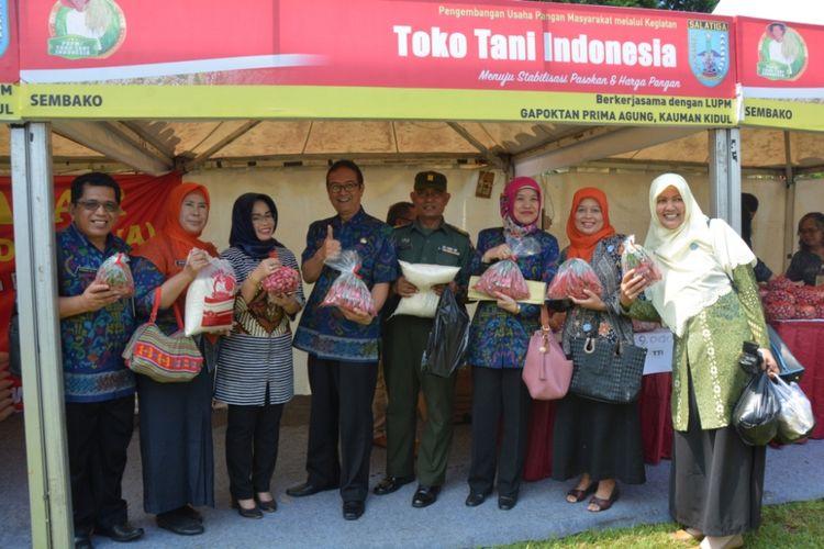 Caption : Dinas Pangan mengelar Toko Tani Indonesia (TTI), yakni Pameran dan  promosi hasil produksi paguyuban dan kelompok tani Salatiga. Kegiatan ini dihelat selama dua hari, mulai Selasa (8/5/2018) di Halaman Kecamatan Sidomukti, Salatiga.