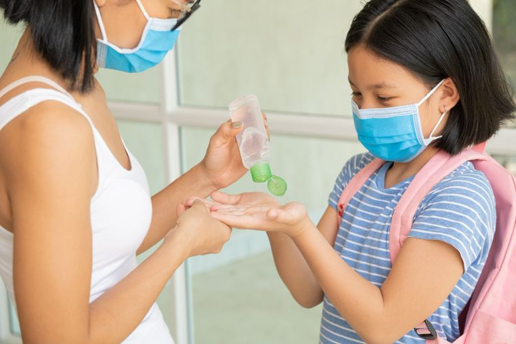 Ilustrasi anak menerapkan protokol kesehatan di rumah