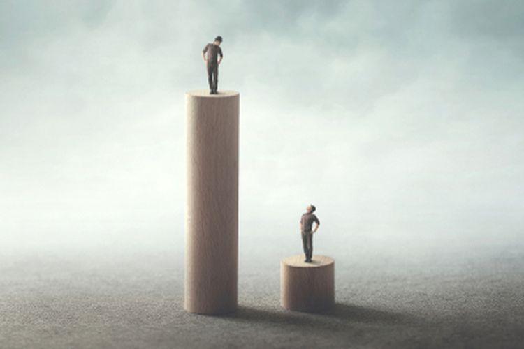 Secara umum ketimpangan sosial artinya tidak seimbang atau adanya jarak yang terjadi di tengah masyarakat.