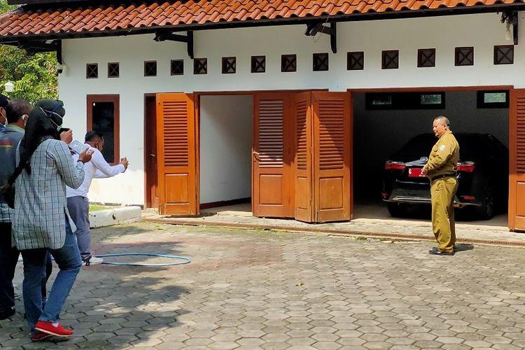 Sejumlah wartawan mengambil gambar kondisi rumah dinas Wakil Wali Kota M. Jumadi yang oleh seorang petugas Satpol PP menunjukan keberadaan mobil dinasnya yang terparkir di halaman belakang, Senin (22/2/2021)