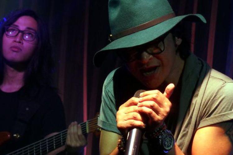 Andy /rif tampil sebagai penyanyi solo dalam acara White Collar Rock di Hard Rock Cafe, Pacific Place, Jakarta Selatan, Senin (5/12/2016) malam.