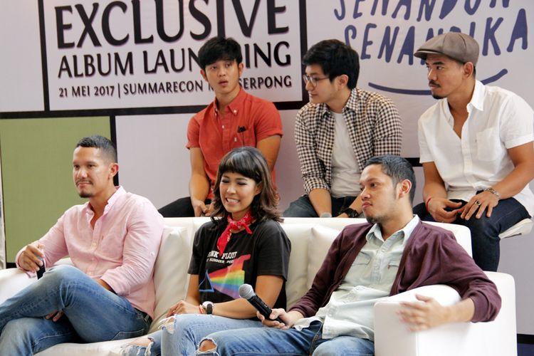 MALIQ & DEssentials merilis album Senandung Senandika dalam acara musik spesial bertajuk Traxkustik Pop Hari Ini Edisi Senandung Senandika yang diselenggarakan 101.4 Trax FM di Summarecon Mal Serpong, Tangerang Selatan, Minggu (21/5/2017).
